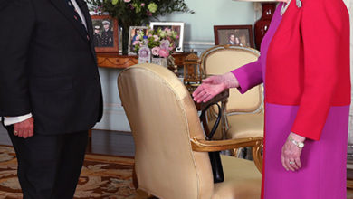 Photo of Коронавирус вносит смуту: Елизавета II вернулась к рукопожатиям, а принц Чарльз не может определиться со стилем приветствия