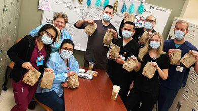 Photo of Майли Сайрус и Коди Симпсон угостили бесплатным обедом медиков Лос-Анджелеса