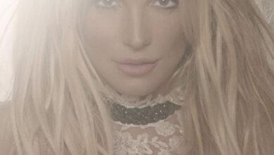 Photo of В золотом купальнике посреди пустыни: Бритни Спирс показала обновленную обложку альбома