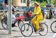 Photo of Ничего необычного: королева Максима приехала на открытие музея на велосипеде